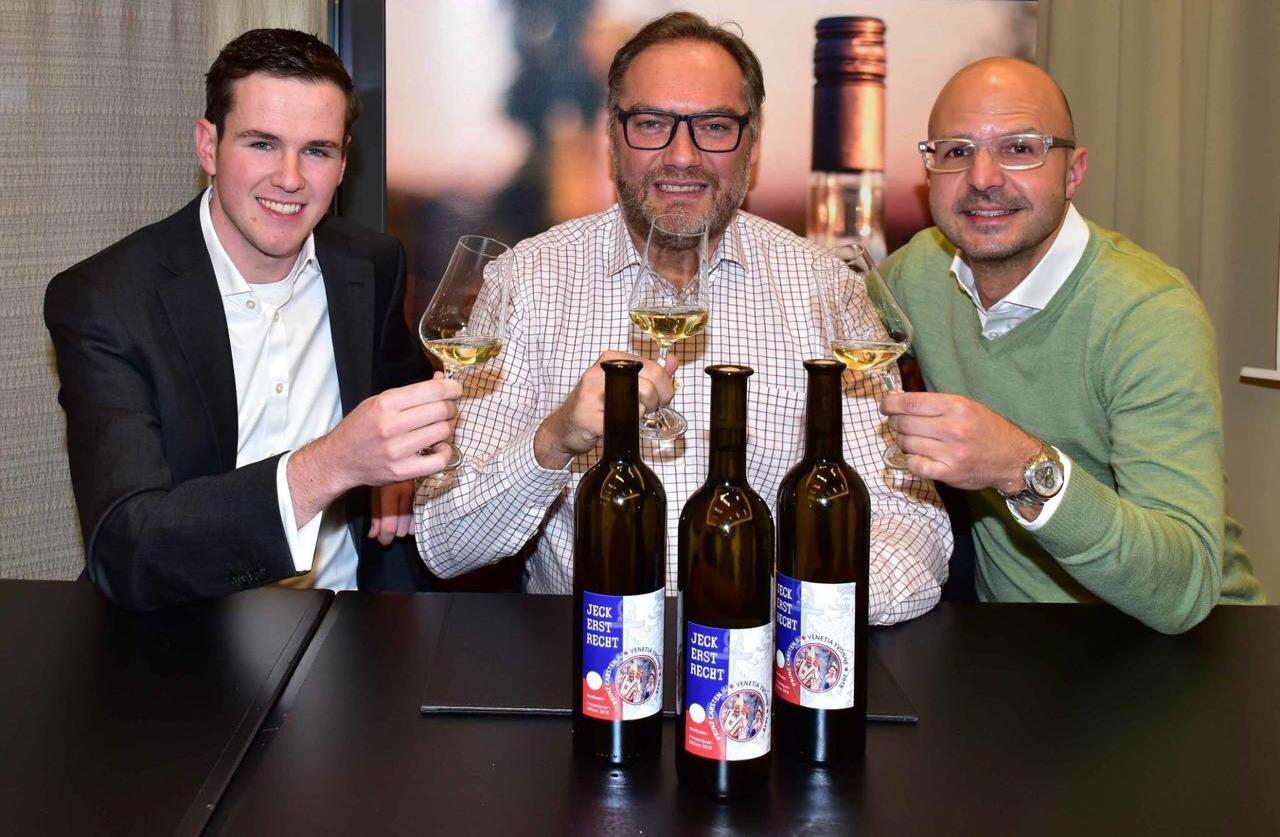 Prinz Carsten Gossmann und Hoppeditz Tom Bauer präsentieren die erste offizielle Wein-Edition eines Düsseldorfer Prinzenpaares